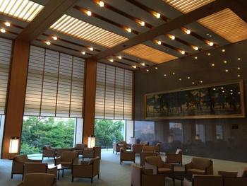 メインロビーは「和」の風情が感じられる格調高く、気品に満ちた空間。大きな窓からは約600坪ある立派な日本庭園を望むことができます。
