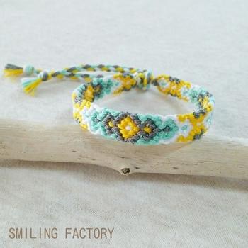 キナリノの読者さんはきっと好き♪北欧風の優しい色合いで編んだ、ひし形模様のミサンガです。