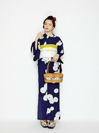 紺地に丸菊がモダンで素敵!帯+へこ帯は着物のように華やかで上品な印象になります。へこ帯は浴衣に入っている色を使うのがおすすめ。大人っぽくまとまりますよ。
