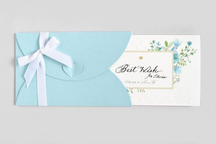 淡いブルーの封筒に、花の水彩とカリグラフィー。 受け取っただけで幸せがもらえそうな、そんなお手紙です。