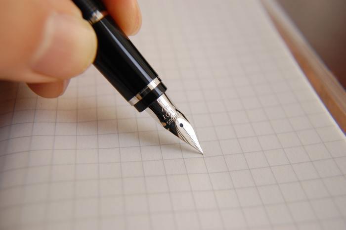 基本のポイントを覚えたら、早速書いてみましょう。書体によって異なりますが、まずは以下の点を意識して書き始めて下さい。  ①ペン先は用紙に対して45°の角度をキープすること。 ②ダウンストロークは力を入れて、反対にアップストロークは力を抜いて描くこと。 ③ダウンストロークは自分がどれくらいの力でい書いているのか意識してコントロールしましょう。 ④アップストロークは一定の力で細く描きましょう。