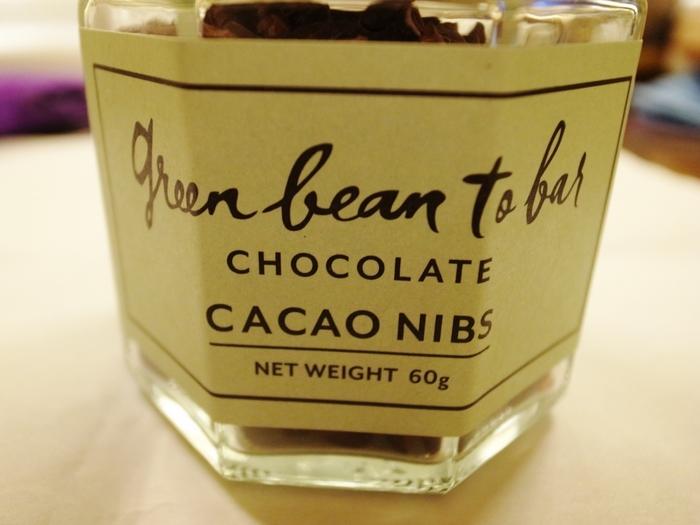 瓶入りでも販売されている「カカオニブス」は、チョコレートの原点を噛み締めることができる珠玉の一品。食べてみたい!この「ニブス」が【バーチョコレート】にも使われています。