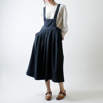 小さな胸当てとたっぷりしたギャザーが大人かわいいコットンリネンの「サロペットスカート」(ブラック)。