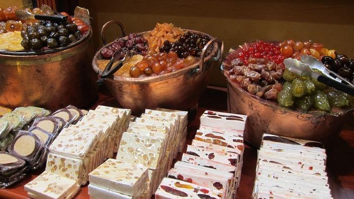 """""""ヌガー""""はソフトキャンディーの一種と言われる、フランスのお菓子。キャラメルとナッツ、ドライフルーツを混ぜて作る定番のお菓子です。また、メレンゲを入れて作る、色の白い「ヌガー・モンテリマール」というお菓子もあります。"""