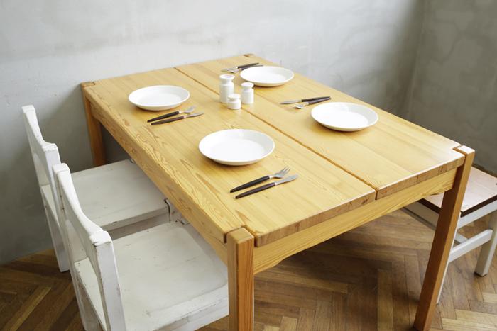 マツ科の針葉樹から採られるパイン材。白っぽく明るい色合いと、節の入った木目が特徴です。こちらはイルマリ・タピオヴァラの隠れた名作と呼ばれている「Hongisto(ホンジスト)」というシリーズ。1963年にデザインされた、希少な北欧ヴィンテージ家具です。