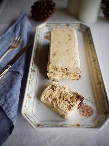 基本の「ヌガーグラッセ」を作ったら、盛り付ける際に、下に削った板チョコレートを敷いて。ナッツの香ばしさとチョコレートの美味しさが絶妙にマッチします◎