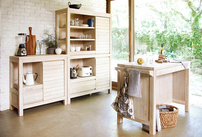 木製食器をお持ちの方なら、「アカシア」の食器は目にしたことがあるのではないでしょうか? こちらは、衝撃や曲げに強く、腐りにくいという特徴を持つアカシアを家具に仕立てたシリーズ。ブラッシングをして木目を際立たせ、ホワイトウォッシュ加工をすることでカジュアルな質感に仕上げられています。
