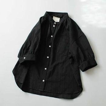 「ドビーチェック・シャツ」。 スタンドカラーの襟と袖口にたっぷりのギャザーをあしらったコットン・ドビーのシャツ。裾のイン/アウトで雰囲気が変わるのも楽しい。ブラック/ホワイトの2色。