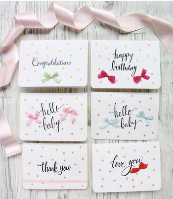 手描き文字の柔らかさがお祝いのメッセージにぴったり。ちょこんと付いたリボンも可愛いですね。誕生日、出産祝い、結婚のお祝いなど、人生の節目のイベントには、気持ちを込めたカリグラフィーのカードを贈ってみませんか?