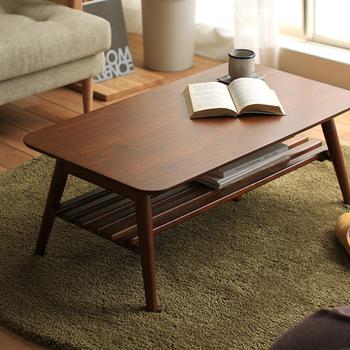 突板(つきいた)とは、薄くスライスした木のシートを、合板やベニヤなどの芯材に張り付けたものを指します。外見はほぼ無垢材の家具と変わりません。北欧のヴィンテージ家具などは突板で作られているものが多くあります。  【突板家具のメリット】 ・無垢材同様の木目・風合いの美しさ ・重量が軽く、取り回しがしやすい ・芯材のソリや狂いがなく、品質が安定している ・無垢材に比べて安価  ただし、調湿性や経年変化など、生きた木の特性は失われます。インテリアの好みを模索中だったり、将来マイホームを建てる予定の方で、手頃なものをシリーズで揃えたい…といった方に適しています。