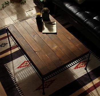 こちらはパイン無垢材を古材風に加工したリビングテーブル。ペイント次第で印象が大きく変わりますね。