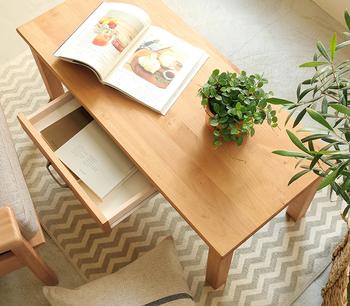 くせのない、ナチュラルな色味と穏やかな木目が特徴のアルダー材。優しい印象なので、デスクやベッドルームの家具など、落ち着ける場所に置いてみてはいかがでしょうか?