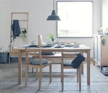 自然な木質感とシンプルなデザインが融合したアルダー無垢材のダイニングセット。経年変化も穏やかで、落ち着いた色合いを長く楽しむことができます。