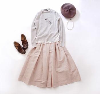 スモークが勝ったパステルトーンのピンクがシックなSACRA「リネンギャザースカート」。