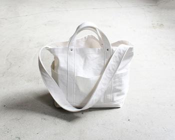 丈夫なキャンバス地で作られた「YAECA(ヤエカ)」のキャンバストートバッグ。中底にはナイロンの生地をあて、強度と防水性にも優れた長く使えるバッグです。