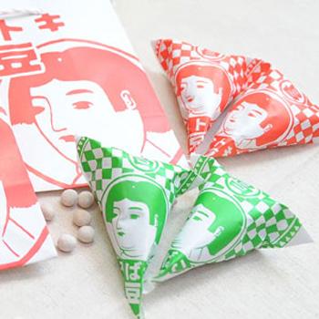 レトロ可愛い金太郎さんの紙袋の中に、三角の赤いパッケージの「金トキ豆」とグリーンの「そばこ豆」が5個ずつ入った「金トキバッグ」は、ちょっとしたプレゼントに使えそう。