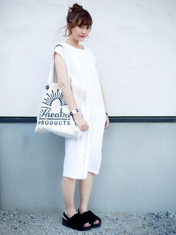 シンプルなワンピースと相性の良い白のキャンバストート。白のワンピースにトートバッグのロゴが引き立つコーディネートです。