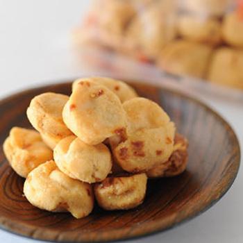 同じく、塩味で中にピーナッツが入っており食感を楽しめる「イカピー」も、ビールにピッタリ!上記の「塩はじき豆」と盛り合わせて食卓に出せば、それだけでおつまみとして喜ばれるかも。
