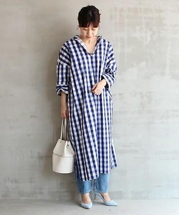 首元のスキッパータイプのVラインと、裾のスリットが大人っぽいチェック柄ワンピースは、ハッキリとしたブルーが涼しげな印象。パンツ&ヒールと合わせた女性らしいコーディネート。
