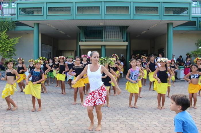「パレオ(タヒチ語)」を腰に巻き、激しい太鼓のリズムで踊る「タヒチアンダンス」は、元は祭祀などで踊られてきました。 一時は宣教師によって公衆の場で踊ることを禁止されるも、今では老若男女がダンスを踊ることを心から楽しんでいます。  日本各地にもタヒチアンダンス教室があり、毎年たくさんの日本人ダンサーがタヒチを訪れています。