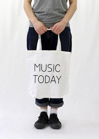音楽への愛が込められたシンプルなトートは、手描き風の文字がいい味。カジュアルなファッションの可愛いアクセントに。