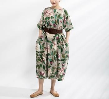 ゆったりしたドレスですが、ほのかにバルーンのような仕上がりでスタイリッシュな花柄ワンピース。濃い色のベルトでウエスト周りを引き締めて◎