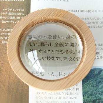 ドーム型のルーペは紙や本の上に置いて使う拡大鏡。ちょっとした紙押さえにも使えます。手で持たなくてもいいのでお年を召したご両親への贈り物にも◎。こちらのアイテムは黒部ダムの流木を使っており、形も黒部ダムの構造をもしているというこだわりよう。自然に優しいプロダクトです。