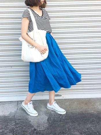 鮮やかなブルーのスカート×ボーダーTシャツのマリンコーデには、爽やかな白のキャンバスバッグがお似合いです。