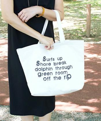 肘にかけて持つと、カジュアルなキャンバスバッグもきちんとした印象になりますよ。フェミニンな黒のワンピースと合わせてシックに決めて。