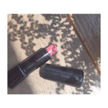 ピンクの種類もさまざま。くすみピンク、青みピンクなど、同じピンクでも与える印象が変化します。夏は透明感をプラスしてくれる「青みピンク」がおすすめ♪