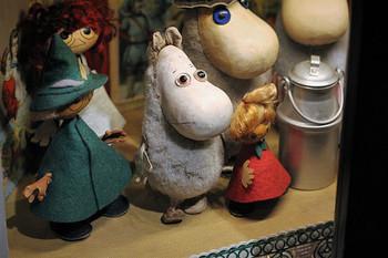 フィンランドにあったアトリエファウニ製のスナフキン人形(一番左)。 シニカルで孤独を愛するスナフキンは、ムーミン谷の仲間たちの中でも、他に染まらない独特の人生観を持ち、他のムーミンキャラクターの中でもとびぬけて人気があります。