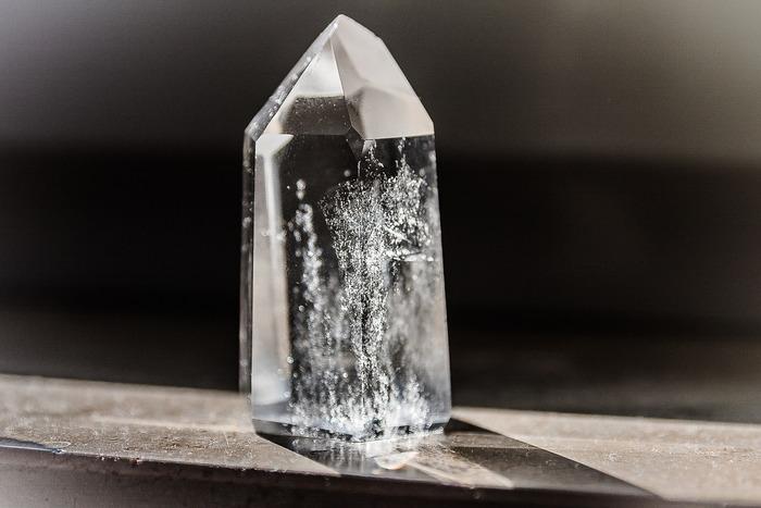 """スナフキンの""""モノ""""に対する考え方が分かる、こんな言葉があります。  宝石のザクロ石がたくさんある谷があると聞いたスニフは、「その石、きみのなの?」とスナフキンにたずねます。目の前に宝石がたくさんあったら、独り占めしたい!という所有欲に駆られてしまいますが、スナフキンの返答は…?"""