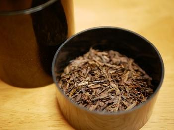 旨味成分を多く含む上級煎茶や新茶はぬるめの温度(80℃程度)で淹れますが、ほうじ茶は高温(95℃程度)で淹れた方が香りが立ちます。
