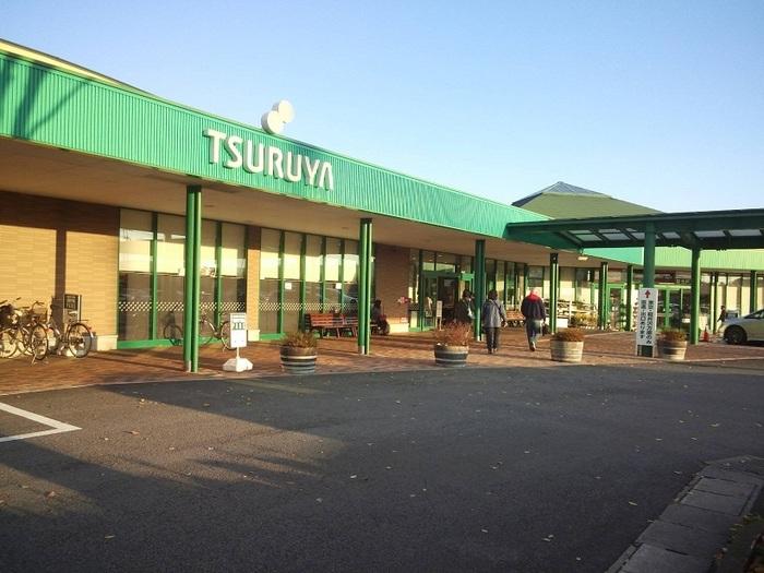 国道18号バイパス沿いにある、「軽井沢店」。駐車場も広々400台分あり、ゆったりお買い物ができます。営業時間は9:30~20:00。日曜日のみ9:00~20:00です。