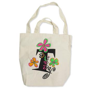 キャンバスバッグは、ロゴやイラストでイメージが変わるのでいろいろな種類を集めたくなりますね。こちらは、「STUSSY Livin GENERAL STORE」のポップなデザインのトートバッグです。