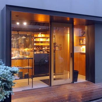 代々木公園駅からすぐのこちらのお店では、おいしいコーヒーとパンを楽しむことができます。