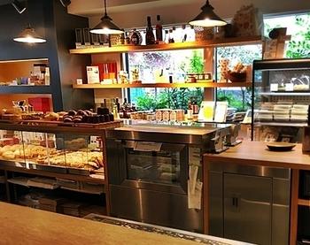 優しい照明の店内には、パンはもちろん、ジャム、卵などこだわりの食材が可愛く並べられています。