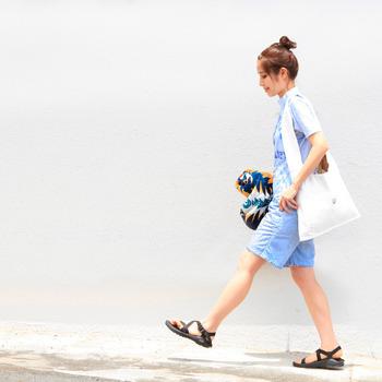 ビッグサイズのキャンバスバッグは、存在感があるのでバッグというよりは服の一部として捉えてコーディネートしましょう。白の分量が増えることで、より爽やかさが増すので、ぜひこの夏のコーデに取り入れてみて下さいね。