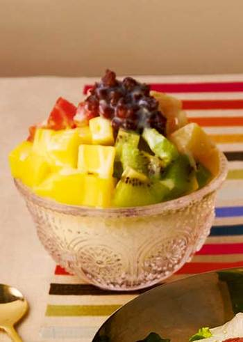フルーツがたっぷりで見た目も鮮やか。フルーツはお好みのもので代用OKです。さらにアイスクリームをのせるともっとおいしくなりそうですね。