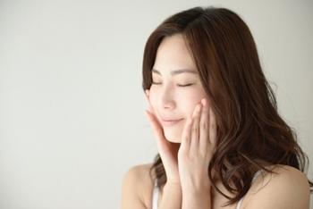 化粧水や美容液、乳液などのスキンケアアイテムは、肌になじむまで少し時間がかかるもの。少し時間を置いてから次のアイテムを使うと肌がもっちり潤いますよ。