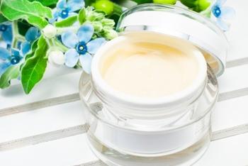 乾燥の原因の一つが、油分の不足。化粧水をたっぷり肌になじませたら、乳液やクリーム、オイルなど油分のあるアイテムでしっかりフタをして潤いをキープしましょう。