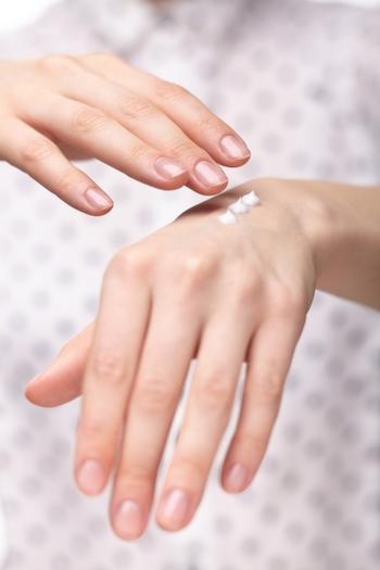 毎日使うアイテムは、肌の調子によって適量がどのくらいか分からなくなってしまうことも。パッティングなどで手が肌に吸い付くようなタイミングを目安に、適量になるよう心掛けましょう。  それでは肌質別にスキンケアのポイントをご紹介します。