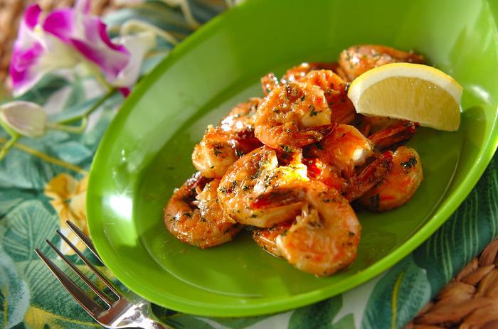 誰もが大好きなガーリックシュリンプ。殻ごと調理するエビは、うまみたっぷり。おつまみとしてもとても人気がありますね。ハワイアンなテーブルコーディネートで、島の食堂のようなひと皿にしてみたいですね♪
