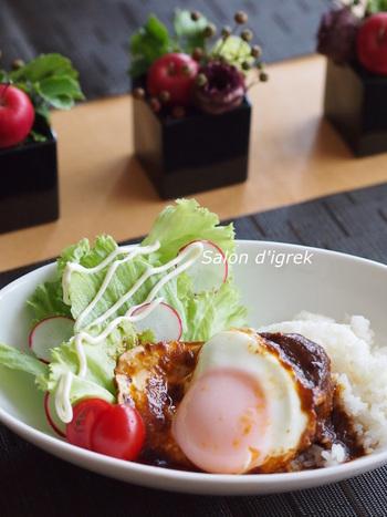 ハワイ名物として知られるロコモコは、日本でも人気ですね。フライパンひとつでできて、しかもワンプレートだから手軽なランチとしてもポピュラーなメニューです。夏のおしゃれなスタミナ丼としてレパートリーに加えておきたいですね。