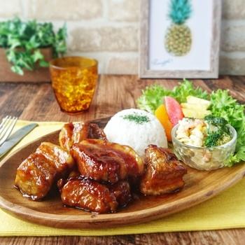 肉と相性抜群のパイナップルジュースを使ったハワイアンスペアリブ。ブロック肉を使った豪快な見た目でおもてなしにもぴったり。手順も少なく簡単なので、忙しいときも大助かりです。