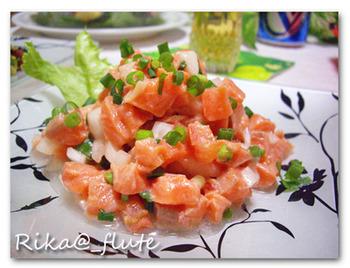 """ロミロミサーモンは、細かくしたサーモンに、タマネギやトマトのみじん切りを混ぜたもの。ちなみに、ロミ(Romi)とはハワイ語で""""揉む""""という意味です。"""