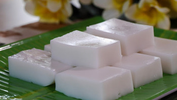 ハウピアは、ココナッツミルクをタシロイモのでんぷんで固めた昔ながらのハワイアンスイーツ。今では、コーンスターチで固めることも多いようです。ルアウ(宴)の際によく食べられるお菓子です。