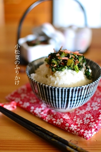 小松菜としらすを使ったふりかけ。しらすの代わりに、桜エビを使ってもOK!小松菜は意外と調理法が限られているので、ふりかけとして活用してみては?
