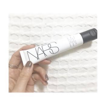 NARSの「スムーズ&プロテクトプライマーSPF 50/PA++++」は、肌を紫外線や外部刺激から守りながら、肌のきめを整えてくれる優れもの。