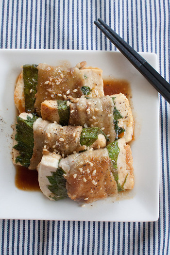 しっかりした「木綿豆腐」なら、豚肉巻きの具材にも。ヘルシーな上、かさ増しにもなって一石二鳥です。大葉を一緒に巻けば、風味もアップ。